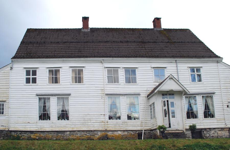 Lillingstonheimens fasade mot Dalsfjorden. Foto: Per Storemyr