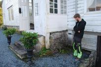 Alexander sjekker grunnmurene. Det er helt klart at de er veldig slitne og at noe må gjøres. Svaret er kalk! Foto: Per Storemyr