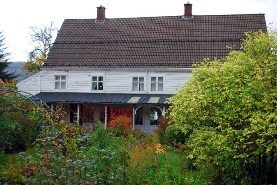 Vakre Lillingstonheimen sett inn i hagen fra sør. Foto: Per Storemyr