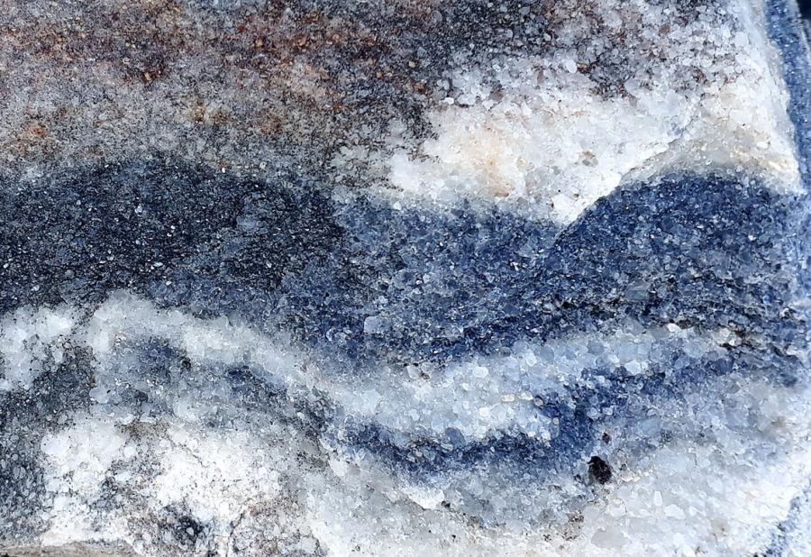 Dette er Smillamarmoren, båndet hvit og blålig, middelslkornet. Foto: Per Storemyr