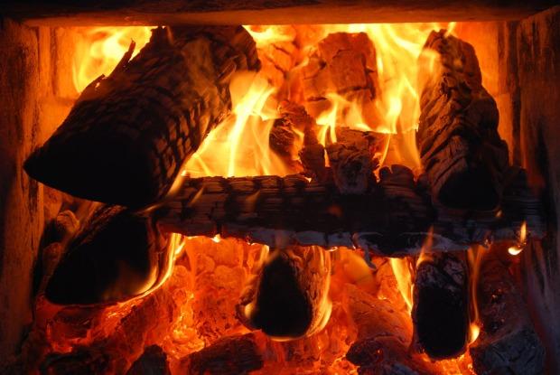 Veden skal legges i ovnen med god avstand slik at en sikrer oksygentilførselen