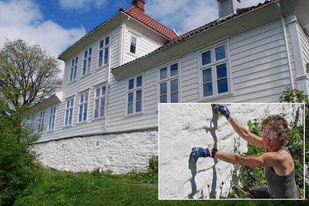Fastings Minde i Bergen: Et nyrestaurert hus bygd på sent 1700-tall og 1800-tallet, med en svær grunnmur behandlet med vestlandsk tradisjonskalk i 2020. Berit Bruvik utfører vedlikehold i mai 2021.