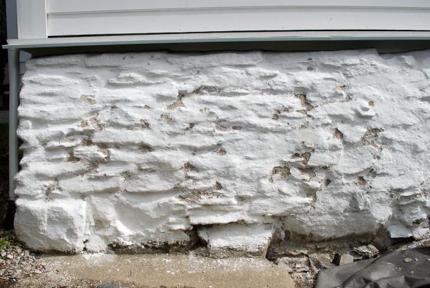 Det frostskadde partiet på grunnmuren på Fastings Minde i mai 2021