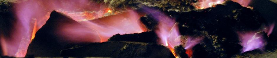 Etter 17 timers kalkbrenning: De blåfiolette flammene som tradisjonelt markerer slutten på en kalkbrenning