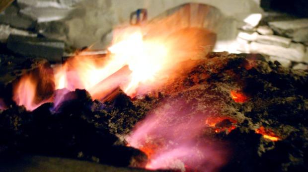 Den siste timen ble vi velsignet med blåfiolette flammer – den tradisjonelle indikasjonen på at brenningen snart er ferdig