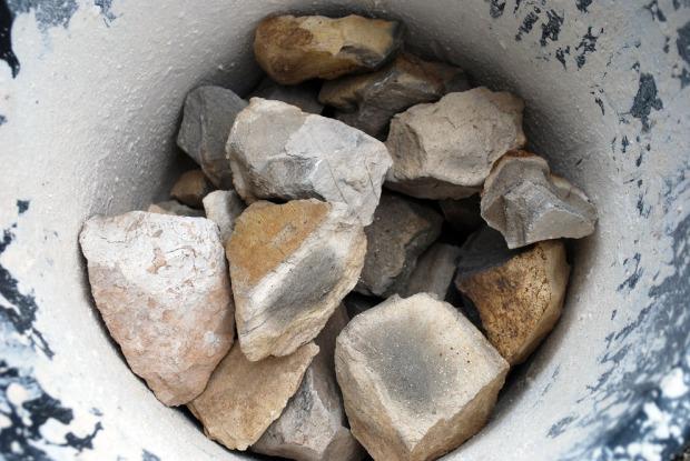 2-3 kg av de største steinene bak i ovnen hadde ubrente kjerner på grunn av den dårlige trekken vi hadde bak i ovnen over lang tid