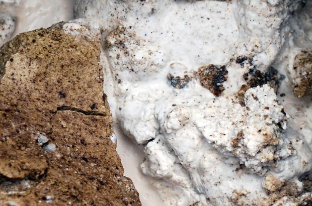Lesking av Smillakalken. Som vi ser er kalken brun på overflaten, men blir hvit og fin ved lesking