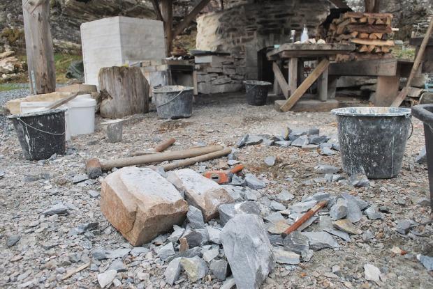 Opphogging av 160 kg marmor til brenning. Det tar lengre tid enn en skulle tro… Vesleovnen (hvit) og Storovnen i bakgrunnen