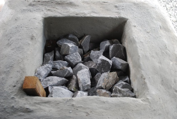 Fylling av ovnen, med trekkanaler i forkant (trepinner)