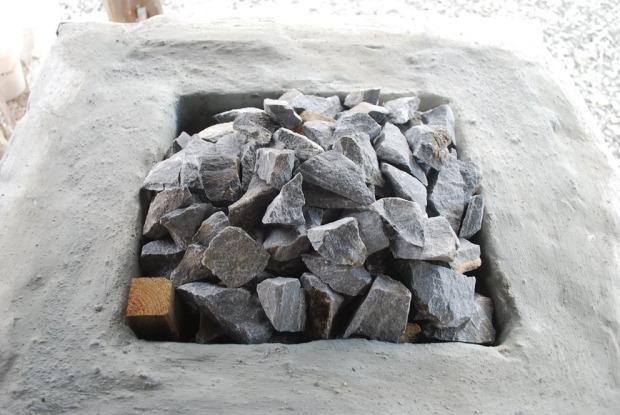 Fylling av marmor over ovnstoppen til en «dom»