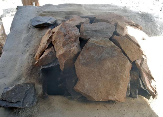 Ytterligere dekking av «domen» med marmorplater og lett brenning/forvarming for å få vekk fukt fra ovn og marmor, dagen før brenning