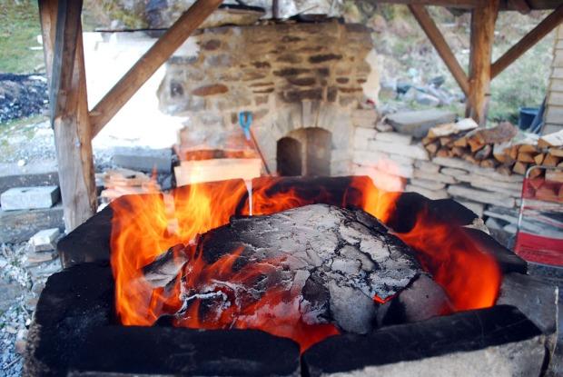Fin «ring of fire» langs kanten av den lille «domen» etter 8-10 timers brenning