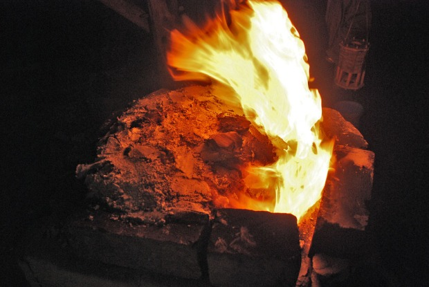 Nesten hele toppen av ovnen er murt igjen utpå natta for å tvinge trekken opp bak i ovnen