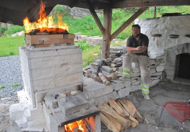 Tore Granmo passer på Vesleovnen under brenningen av Mostermarmor lørdag 26. juni 2021