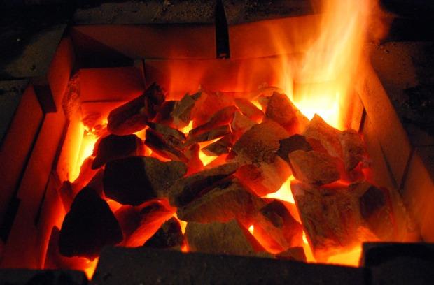 Slutten av brenningen. Topplokket er fjernet og det gløder godt i ovnen