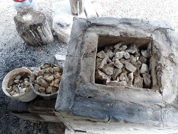 Uttak av den brente Mosterkalken. Bøttene til venstre har utsortert dårlig brent kalk fra toppen av ovnen