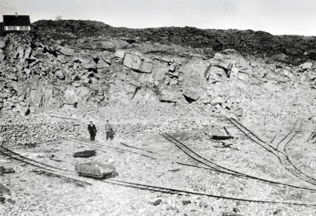 Et blikk inn i et av marmorbruddene på Bømlo omkring 1920. Kilde: Digitalt Museum – https://digitaltmuseum.no/021015588359/bruddet