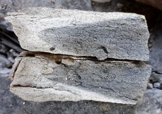 Uttak av brentkalk krever sortering. Her er en del av topplokket med bare delvis brent marmor. Det kan en se på fargeforskjellen når en knuser opp bitene