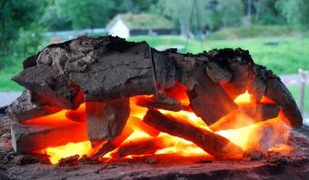 God glød i toppen av ovnen ved avslutning, etter at klebersteinen er tatt vekk på morgenkvisten for å kjøle ovnen ned