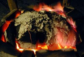 Mot slutten av brenningen, med tilmurt topplokk og «ring of fire» med delvis fiolette flammer